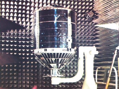The photo shows AZUR, still on Earth, in an anechoic chamber. Here, the performance data for the on-board antennas and the reflection characteristics of the entire satellite were determined.