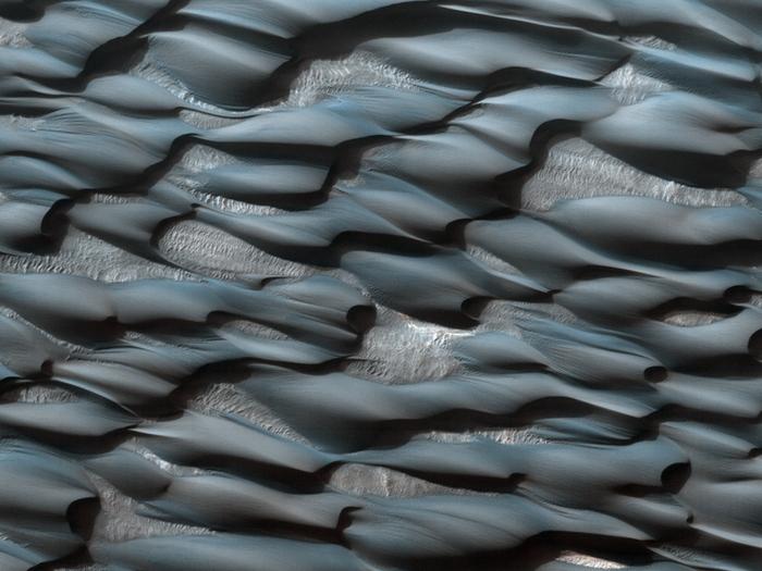Teil des Abalos Undae Dünenfelds. Die Farbe des Sandes hat einen bläulichen Farbton aufgrund seiner basaltrischen Zusammensetzung. Hellere Gebiete sind mit Staub bedeckt.