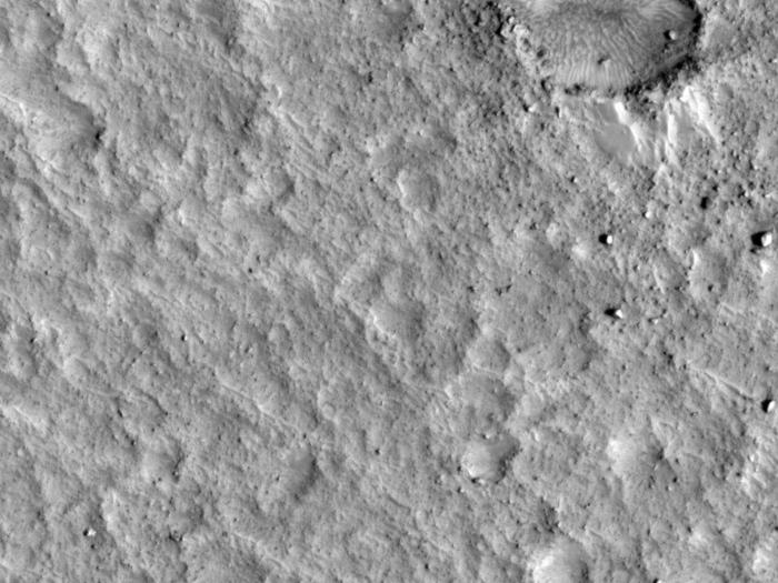 Die Marssonde Pathfinder entdeckte ein altes Überflutungsgebiet auf dem Roten Planeten. Der helle weiße Punkt unten links im Bild ist das Landegerät von Pathfinder. Die Mission landete am 4. Juli 1997 auf dem Mars und blieb bis zum 27 September 1997 in Betrieb.