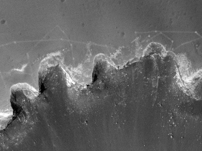 Gute Auflösung: Am Rand des Victoria-Kraters sind sogar Fahrspuren des Mars-Rovers Opportunity zu sehen.