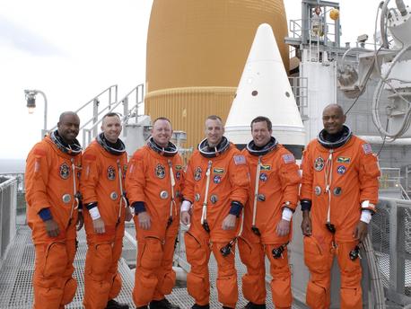 Von links nach rechts: Leland Melvin, Randy Bresnik, Pilot Barry E. Wilmore, Commander Charles O. Hobaugh, Mike Foreman and Robert L. Satcher Jr.