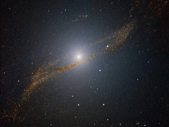 Dieses Bild zeigt die Parallelogramm-förmigen Reste der Galaxie, die vor etwa 200 bis 700 Millionen Jahren von Centaurus A verschluckt wurde.