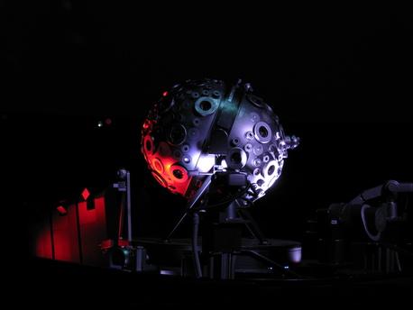 Der Zeiss-Planetariumsprojektor des Typs Universarium (Modell VIII bzw. IX) wird in mehreren deutschen Großplanetarien eingesetzt. Das abgebildete Gerät befindet sich in Hamburg, weitere sind in Bochum, Stuttgart, Mannheim, Münster und Jena installiert.