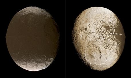 """Diese beiden Gesamtansichten von Iapetus zeigen die extreme Helligkeitsdichotomie (""""Hell-Dunkel-Zweiteilung"""") der Oberfläche dieses sonderbaren Saturnmondes. Während die Oberfläche der """"Bugseite"""" in niederen und mittleren Breiten (linkes Bild) fast so schwarz wie Kohle ist, sind weite Teile der """"Heckseite"""" fast so hell wie Schnee. Das dunkle Gebiet bedeckt etwa 40 Prozent der Oberfläche und wurde Cassini Regio genannt. Das nördliche helle Gebiet ist Roncevaux Terra, die südliche helle Region wurde Saragossa Terra genannt."""