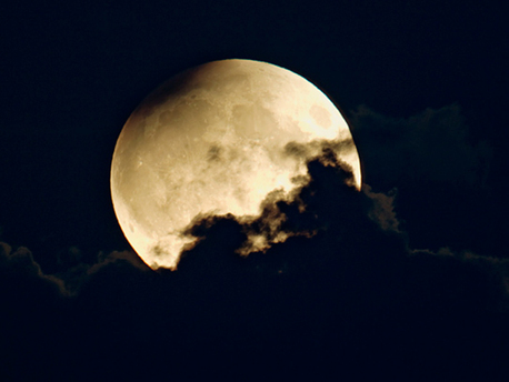 Dieses Foto entstand am 7.9.2006, kurz nach dem der partiell verfinsterte Mond aufgegangen war. Mit einem 600-mm-Teleobjektiv wurde bei ISO 800 eine halbe Sekunde lang belichtet.
