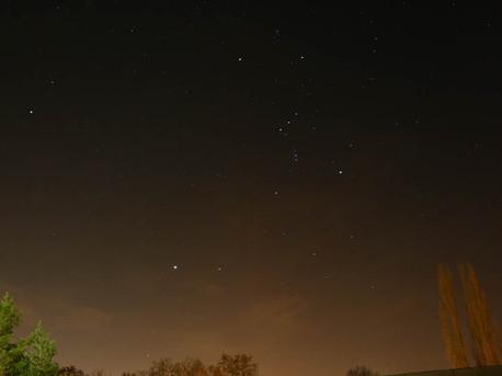 Das Foto zeigt den Nachthimmel über Halle, im Winter, mit Blick nach Süden mit den Sternbildern Orion und Großer Hund. Lebten wir in einem unendlichen und gleichmäßig mit Sternen oder Galaxien gefüllten Universum, dann würden wir in jeder Richtung irgendwann einen Stern erblicken - der Nachthimmel müsste so hell wie die Sonnenoberfläche erstrahlen.