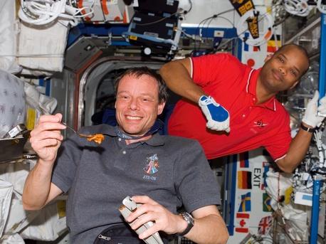 STS-116 especialistas de misión astronauta de la ESA Christer Fuglesang y Robert Curbeam de la NASA a bordo de la Estación Espacial Internacional disfrutando de una buena comida.
