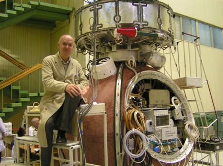Demets René con el contenedor Biopan en la superficie de la cápsula Foton-M3 durante la carga y pruebas de interfaz de la nave espacial en el 2007.