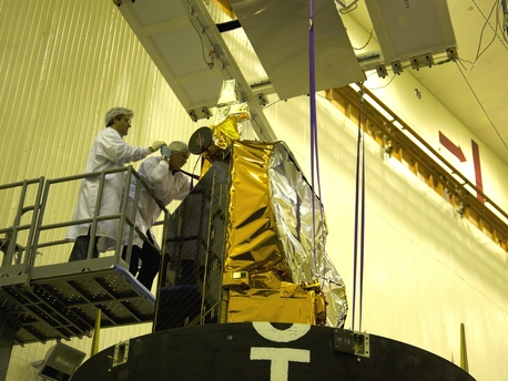 Instalación de CryoSat-2 en el interior de la carena