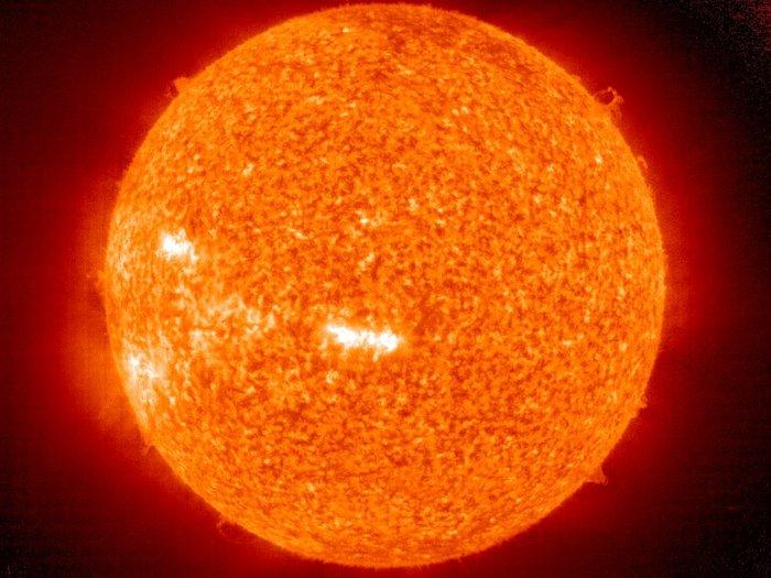 Esta imagen del Sol fue tomada por el instrumento IET de SOHO (Extreme Ultraviolet Imaging Telescope), el 23 de mayo de 2006. IET puede tomar imágenes de la atmósfera solar en varias longitudes de onda, y por lo que es capaz de mostrar el material solar a diferentes temperaturas.