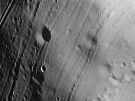 Esta imagen de la superficie de Fobos fue obtenida por el SRC, a bordo de Mars Express de la ESA, el 3 agosto de 2008 (órbita 5889). La distancia desde el centro de la luna fue 656 km, y la resolución de la imagen es de 6 m / píxel.