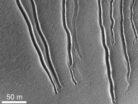 Erosionsrinnen auf Dünenhang des Russell-Kraters (Mars)