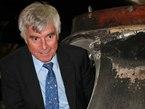 Gelernt ist gelernt! Ulf Merbold besteigt zum zweiten Mal die Sojus TM-19-Kapsel. Diesmal mit Schlips und Sakko beim Empfang des neuen Exponats im Technik Museum Speyer.