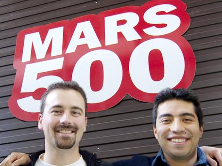 Romain Charles (Izquierda) y Diego Urbina delante del complejo Mars500.