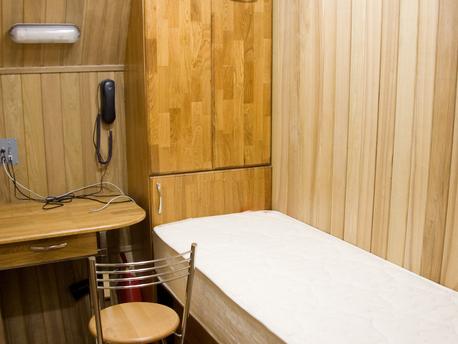 Etwa drei Quadratmeter groß sind die Einzelzimmer mit Bett, Tisch und Stuhl für die Kandidaten der Mars500-Studie.