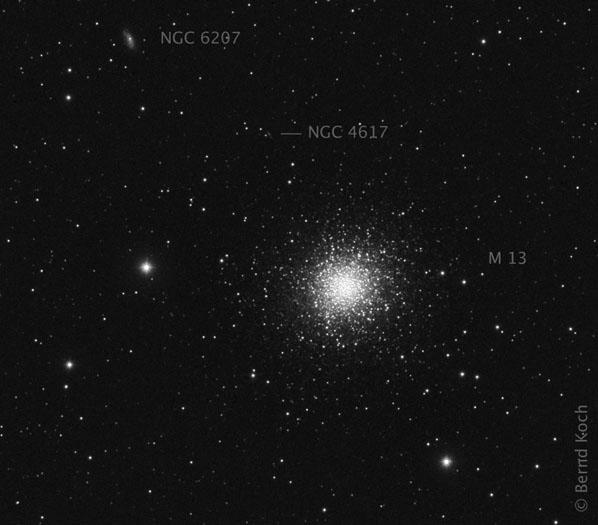 Messier 13 mit den beiden Hintergrundgalaxien IC 4617 und NGC 6207 am 1.4.2010. Optik: Pentax 75 mit Fokalreduktor TeleVue NPR-1073. Brennweite reduziert von 500 mm auf 406 mm. Filter: IDAS LPS-P2. Kamera: Monochrome CCD-Kamera SBIG ST-8300M (KAF-8300). Belichtung: 9 x 300s (zuzüglich Dunkelbilder). Stacking: MaxIm DL. Bildbearbeitung: Digital Development (DDP). Foto: Bernd Koch, Sörth/Westerwald.