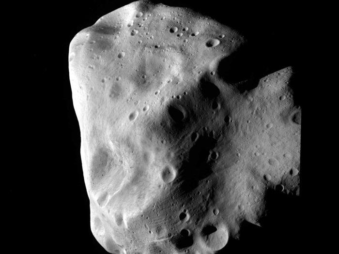 Bei der nächsten Annäherung an Lutetia konnten Einzelheiten von 60 Meter Größe auf dem Planetoiden aufgelöst werden.  Lutetia at Closest approach.
