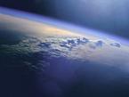 """Der deutsch-französische Klimasatellit soll Methankonzentrationen messen. Das Gas sorgt ebenso wie Kohlendioxid für die weltweite Erderwärmung. Dabei ist seine Wirkung 25 Mal so hoch wie die des CO2. Auch wenn es um den von den Menschen verursachte Anstieg der Menge in der Atmosphäre geht, hat Methan das Kohlendioxid bereits deutlich überrundet: Seit vorindustrieller Zeit hat sich das Methanvorkommen in der Atmosphäre mehr als verdoppelt - der Zuwachs an Kohlendioxid lag in diesem Zeitraum bei """"lediglich"""" 30 Prozent. Ebenso wie Kohlendioxid gehört Methan zu den Gasen, deren Emission laut Kyoto-Protokoll reduziert werden soll."""