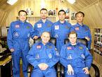 Tras 105 días de aislamiento, la tripulación de Mars500 se prepara para los próximos 400. (De izquierda a derecha en sentido del reloj) Sukhrob Kamolov, Romain Charles, Diego Urbina, Yue Wang, Alexandr Smoleevskiy y Alexey Sitev.