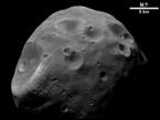Schwarzweiß-Ansicht: Der Mars-Mond Phobos.  Trabant des roten Planeten besteht zu einem Drittel aus Hohlräumen