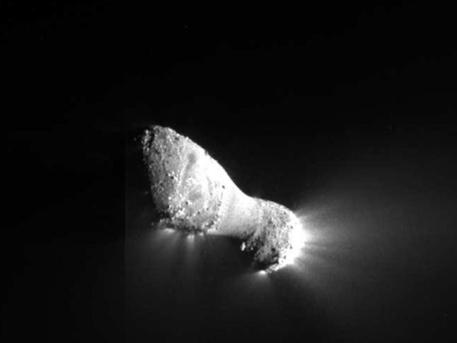 "Comet Hartley 2 can be seen in glorious detail in this image from NASA's EPOXI mission. It was taken as the spacecraft flew by around 6:59 a.m. PDT (9:59 a.m. EDT), from a distance of about 700 kilometers (435 miles). The comet's nucleus, or main body, is approximately 2 kilometers (1.2 miles) long and .4 kilometers (.25 miles) at the ""neck,"" or most narrow portion. Jets can be seen streaming out of the nucleus.