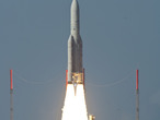 Der Start der Ariane-5-V198 von Europas Raumflughafen auf 26 November 2010. Das Startprogramm trug eine doppelte Nutzlast von Telekommunikations-Satelliten: Hylas-1 und Intelsat 17.