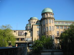 Das Deutsche Museum in München mit der Planetariumskuppel (Mitte) und einer der beiden Sternwarten.