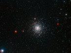 Sabemos de alrededor de 150 de las ricas colecciones de estrellas ancianas, llamadas cúmulos globulares, que orbitan nuestra galaxia la Vía Láctea. Esta nítida nueva fotografía de Messier 107, captada por el Wide Field Imager en el telescopio de 2,2 metros en el Observatorio La Silla de ESO en Chile, despliega la estructura de uno de tales cúmulos globulares en exquisito detalle. Estudiar estos enjambres estelares ha revelado mucho sobre la historia de nuestra galaxia y de cómo evolucionan las estrellas.