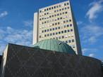 """Das Nicolaus-Copernicus-Planetarium in Nürnberg, dahinter das Hochhaus der N-ERGIE (""""Städtische Werke"""")."""