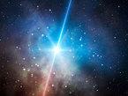 """Gammastrahlenausbrüche, auf Englisch Gamma-Ray Bursts (GRBs), erscheinen ohne Vorwarnung und dauern zwischen Bruchteilen einer Sekunde und mehreren Minuten. Um ihre hochenergetische Gammastrahlung zu beobachten, ist es nötig, Weltraumteleskope einzusetzen. Vor dreizehn Jahren entdeckten Astronomen allerdings, dass diese gewaltigen Explosionen auch weniger energiereiche Strahlung erzeugen, die dafür über viel längere Zeiträume beobachtbar ist: Dieses """"Nachglühen"""" des Gammastrahlenausbruchs kann mehrere Wochen bis Jahre andauern."""