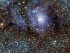 Esta nueva imagen en infrarrojo de la Nebulosa de la Laguna fue obtenida como parte de un estudio de cinco años de la Vía Láctea, que utiliza el telescopio VISTA en el Observatorio Paranal, en la II Región de Chile. Este es un pequeño trozo de una imagen mucho más grande de la región que rodea la nebulosa, lalque a su vez representa sólo una parte de este gran estudio.