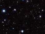 Astrónomos utilizaron una serie de telescopios desde la Tierra y el espacio, incluyendo el Very Large Telescope de ESO en el Observatorio Paranal en Chile, para descubrir y medir la distancia del cúmulo de galaxias maduro más remoto encontrado hasta ahora. Debido a su distancia, este cúmulo es observado tal y como era cuando el Universo tenía menos de un cuarto de su edad. No obstante, su parecido con los cúmulos de galaxias maduros que se encuentran en el Universo actual es sorprendente.