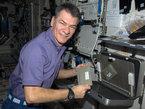 Paolo Nespoli muestra un calentador de comida en la ISS
