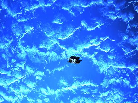 PRISMA ist die erste europäische Satellitenmission, die den autonomen Formationsflug in Abständen zwischen 30 Kilometern und zwei Metern demonstriert. Der Hauptsatellit Mango und sein Partnersatellit Tango umfliegen sich gegenseitig in immer wieder unterschiedlichen Formationen während sie die Erde umrunden. Bahnkontrolle und Navigation führen die Satelliten selbstständig aus.
