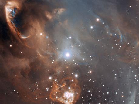 Eine neue Aufnahme vom Very Large Telescope der ESO zeigt die dramatischen Auswirkungen, die neugeborene Sterne auf ihre Kinderstuben aus Gas und Staub haben. Während die Sterne selbst dem Blick der Teleskope verborgen bleiben, kollidiert in ihrer Umgebung herausgeschleudertes Material mit Gas und Staub. Das Ergebnis sind surreale Landschaften aus glühenden Bögen, Flecken und Streifen.