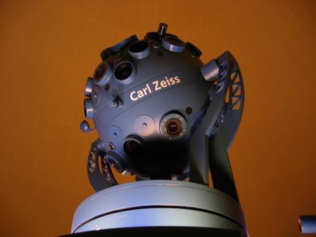 Der Zeiss-Planetariumsprojektor ZMP Starmaster im Wolfsburger Planetarium.