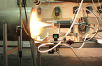 Ein Hybrid-Triebwerk wird getestet (c) DLR
