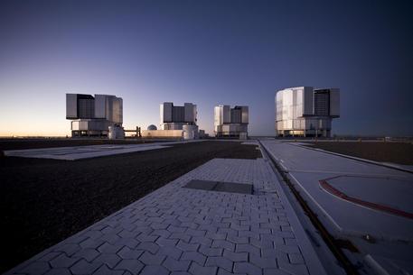 Diese Aufnahme der vier Teleskope auf dem Paranal entstand abends, kurz nach Sonnenuntergang.