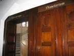 Hinter diesen altehrwürdigen Türen im Beyer-Bau der TU Dresden verbergen sich die Sternwarte und das Planetarium.