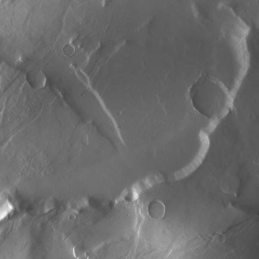 Dieses Bild nahm die deutsche Kamera an Bord der Raumsonde Dawn am 17. Februar beim Vorbeiflug am Roten Planeten auf. Zu sehen ist der mit Kratern überzogene Bereich von Tempe Terra auf Mars. Der hier abgebildete Bereich hat eine Ausdehnung von ca. 55 km.