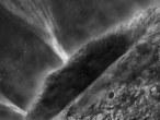 Künstlerische Darstellung der Oberfläche des Kometen Wild 2, an dem die NASA-Kometensonde Stardust am 2. Januar 2004 vorbei flog.